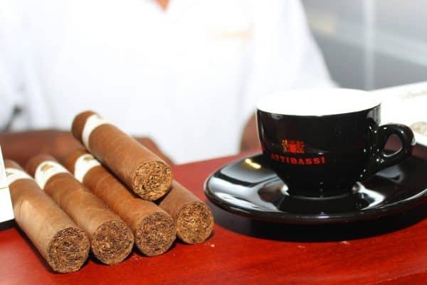 Tazzina di Caffè nera e sigari