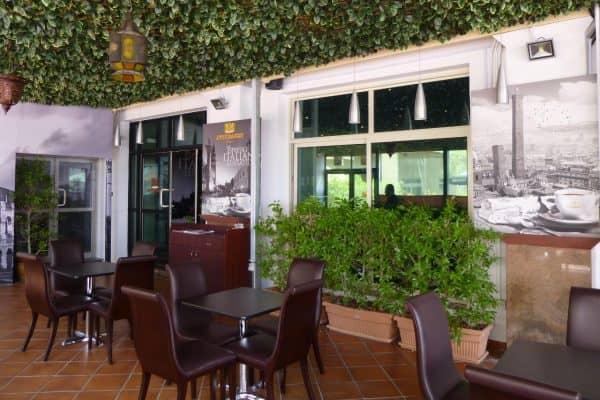 Caffetteria in Licensing Attibassi Dubai - Veduta dell'esterno e del pergolato